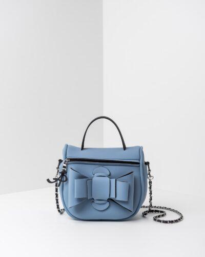 La foto ritrae una borsa modello bauletto della linea Chérie di APbag. Si tratta di una borsa lavabile effetto neoprene, disegnata da Stefano Galandrini, prodotta e distribuita da Artpelle.it La borsa è di colore carta da zucchero.