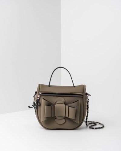 La foto ritrae una borsa modello bauletto della linea Chérie di APbag. Si tratta di una borsa lavabile effetto neoprene, disegnata da Stefano Galandrini, prodotta e distribuita da Artpelle.it La borsa è di colore verde militare.