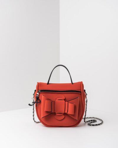 La foto ritrae una borsa modello bauletto della linea Chérie di APbag. Si tratta di una borsa lavabile effetto neoprene, disegnata da Stefano Galandrini, prodotta e distribuita da Artpelle.it La borsa è di colore cotto.