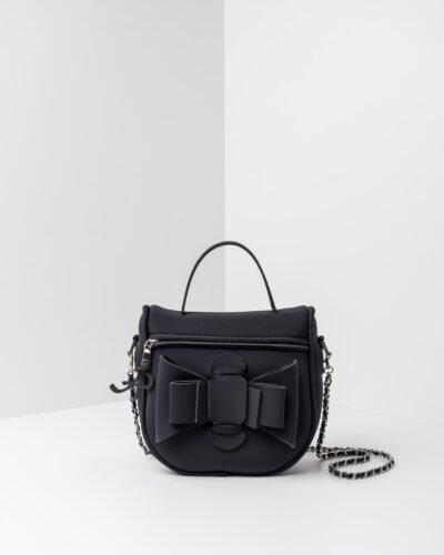 La foto ritrae una borsa modello bauletto della linea Chérie di APbag. Si tratta di una borsa lavabile effetto neoprene, disegnata da Stefano Galandrini, prodotta e distribuita da Artpelle.it La borsa è di colore nero.