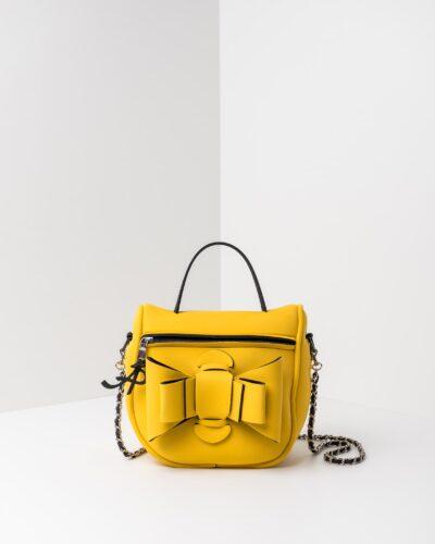 La foto ritrae una borsa modello bauletto della linea Chérie di APbag. Si tratta di una borsa lavabile effetto neoprene, disegnata da Stefano Galandrini, prodotta e distribuita da Artpelle.it La borsa è di colore giallo.