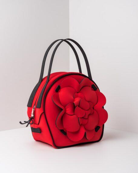 La foto ritrae una borsa modello chapelier della linea Dalì di APbag. Si tratta di una borsa lavabile effetto neoprene, disegnata da Stefano Galandrini, prodotta e distribuita da Artpelle.it La borsa è di colore rosso.