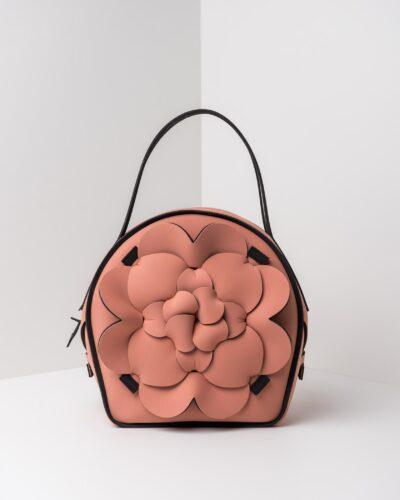 La foto ritrae una borsa modello chapelier della linea Dalì di APbag. Si tratta di una borsa lavabile effetto neoprene, disegnata da Stefano Galandrini, prodotta e distribuita da Artpelle.it La borsa è di colore rosa pig.