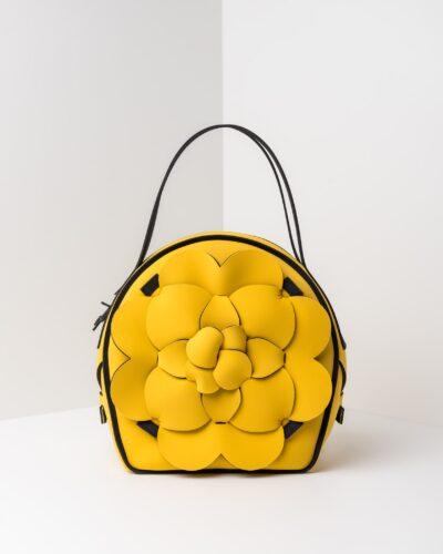 La foto ritrae una borsa modello chapelier della linea Dalì di APbag. Si tratta di una borsa lavabile effetto neoprene, disegnata da Stefano Galandrini, prodotta e distribuita da Artpelle.it La borsa è di colore giallo.