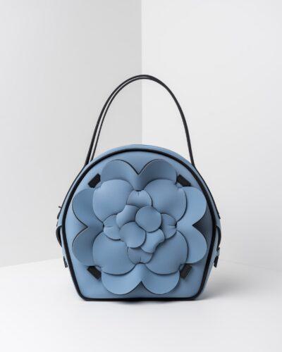 La foto ritrae una borsa modello chapelier della linea Dalì di APbag. Si tratta di una borsa lavabile effetto neoprene, disegnata da Stefano Galandrini, prodotta e distribuita da Artpelle.it La borsa è di colore carta da zucchero.