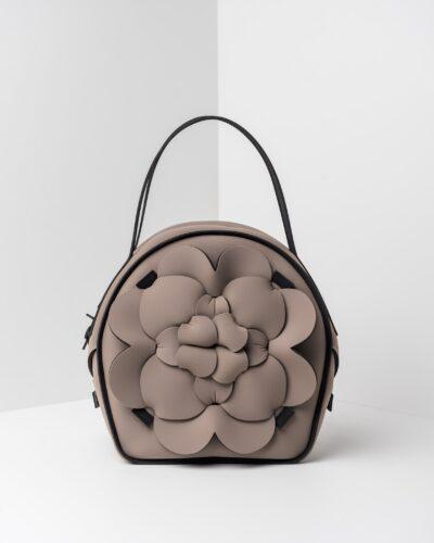 La foto ritrae una borsa modello chapelier della linea Dalì di APbag. Si tratta di una borsa lavabile effetto neoprene, disegnata da Stefano Galandrini, prodotta e distribuita da Artpelle.it La borsa è di colore taupe.