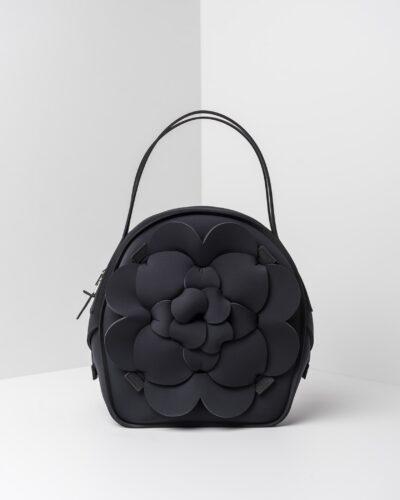 La foto ritrae una borsa modello chapelier della linea Dalì di APbag. Si tratta di una borsa lavabile effetto neoprene, disegnata da Stefano Galandrini, prodotta e distribuita da Artpelle.it La borsa è di colore nero.