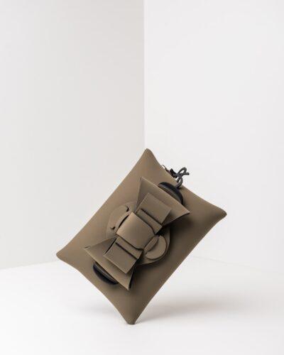 La foto ritrae una borsa modello pochette della linea Chérie di APbag. Si tratta di una borsa lavabile effetto neoprene, disegnata da Stefano Galandrini, prodotta e distribuita da Artpelle.it La borsa è di colore verde militare.