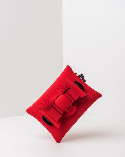 La foto ritrae una borsa modello pochette della linea Chérie di APbag. Si tratta di una borsa lavabile effetto neoprene, disegnata da Stefano Galandrini, prodotta e distribuita da Artpelle.it La borsa è di colore rosso.