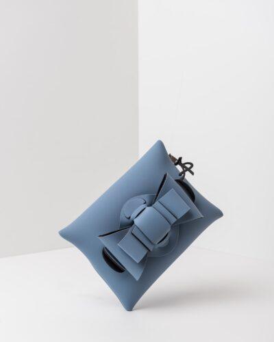 La foto ritrae una borsa modello pochette della linea Chérie di APbag. Si tratta di una borsa lavabile effetto neoprene, disegnata da Stefano Galandrini, prodotta e distribuita da Artpelle.it La borsa è di colore carta da zucchero.
