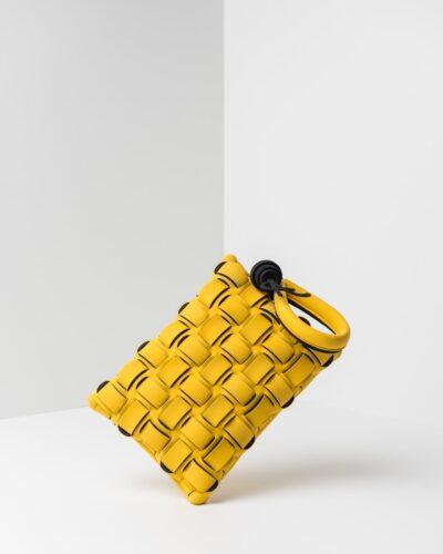 La foto ritrae una borsa modello pochette della linea Madison di APbag. Si tratta di una borsa lavabile effetto neoprene con lavorazione a trama intrecciata, disegnata da Stefano Galandrini, prodotta e distribuita da Artpelle.it La borsa è di colore giallo.