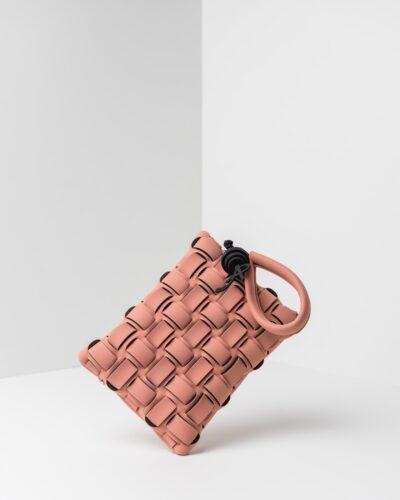La foto ritrae una borsa modello pochette della linea Madison di APbag. Si tratta di una borsa lavabile effetto neoprene con lavorazione a trama intrecciata, disegnata da Stefano Galandrini, prodotta e distribuita da Artpelle.it La borsa è di colore rosa pig.