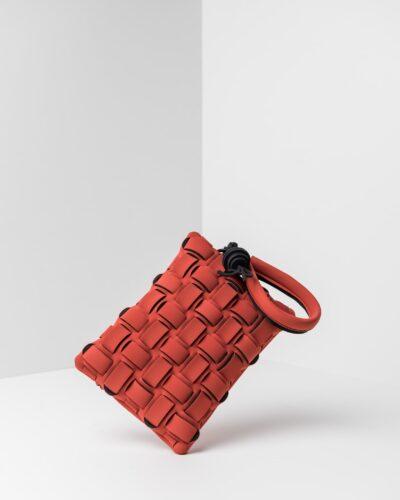 La foto ritrae una borsa modello pochette della linea Madison di APbag. Si tratta di una borsa lavabile effetto neoprene con lavorazione a trama intrecciata, disegnata da Stefano Galandrini, prodotta e distribuita da Artpelle.it La borsa è di colore cotto.