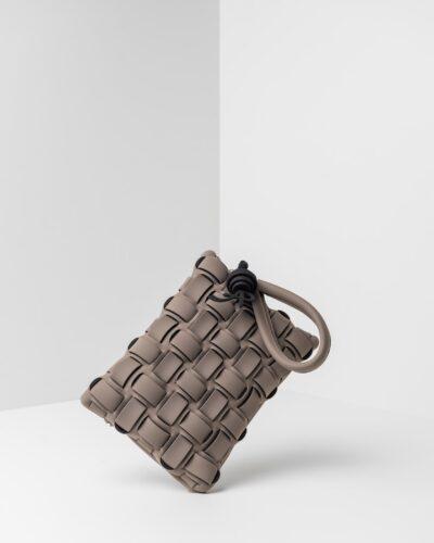 La foto ritrae una borsa modello pochette della linea Madison di APbag. Si tratta di una borsa lavabile effetto neoprene con lavorazione a trama intrecciata, disegnata da Stefano Galandrini, prodotta e distribuita da Artpelle.it La borsa è di colore taupe.