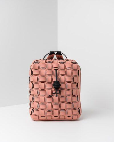 La foto ritrae uno zaino con lavorazione a trama intrecciata della linea Madison di APbag. Si tratta di una borsa lavabile effetto neoprene disegnata da Stefano Galandrini, prodotta e distribuita da Artpelle.it Lo zaino è di colore rosa pig.