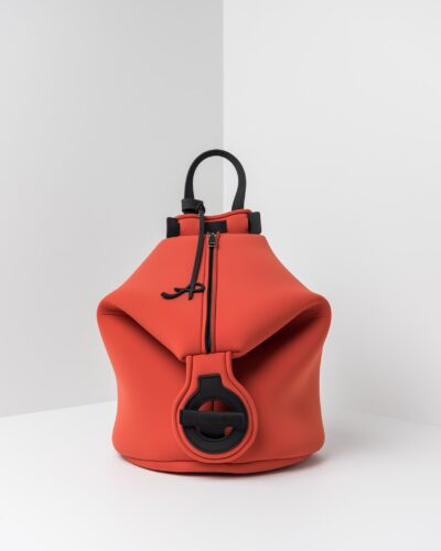 La foto ritrae uno zaino della linea Gala di APbag. Si tratta di una borsa lavabile effetto neoprene disegnata da Stefano Galandrini, prodotta e distribuita da Artpelle.it Lo zaino è di colore cotto.