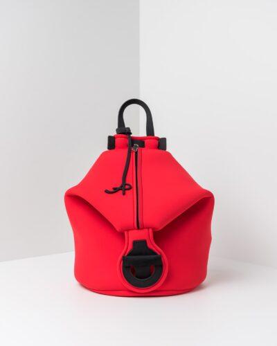 La foto ritrae uno zaino della linea Gala di APbag. Si tratta di una borsa lavabile effetto neoprene disegnata da Stefano Galandrini, prodotta e distribuita da Artpelle.it Lo zaino è di colore rosso.