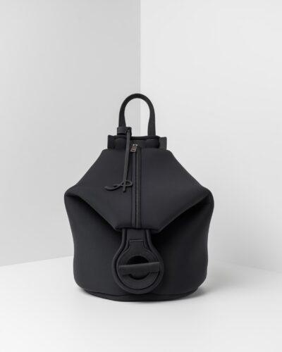 La foto ritrae uno zaino della linea Gala di APbag. Si tratta di una borsa lavabile effetto neoprene disegnata da Stefano Galandrini, prodotta e distribuita da Artpelle.it Lo zaino è di colore nero.